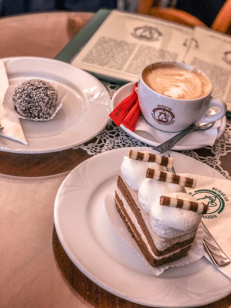 Un café y una tarta tradicional en una pastelería de Budapest
