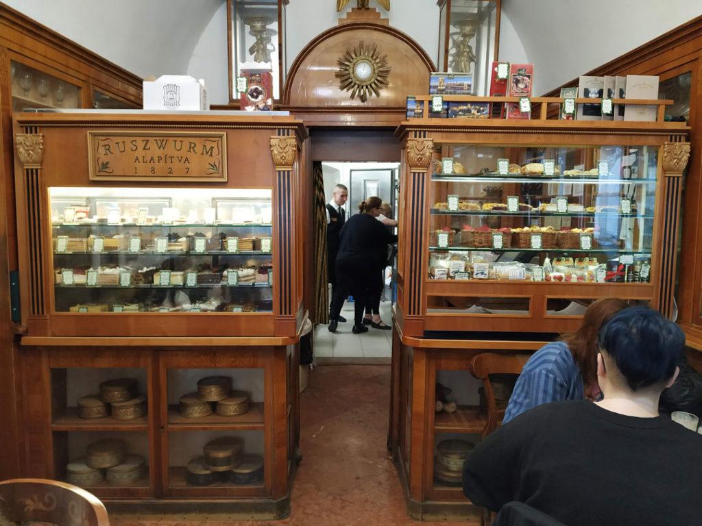 Anaquel de 200 años en pasteleria Ruszwurn en Budapest
