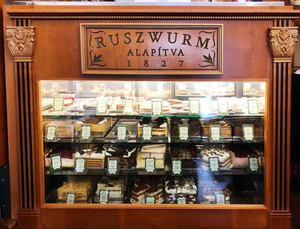 Variedad de pasteles y confituras en pasteleria de Budapest.
